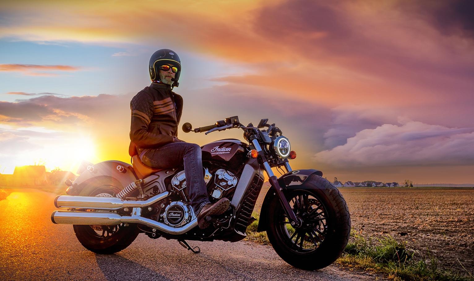 Photo moto couché de soleil